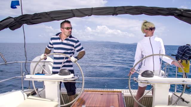 frau paar zusammen ein segelboot navigation - besatzung stock-videos und b-roll-filmmaterial