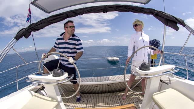 WS Couple en naviguant sur un voilier