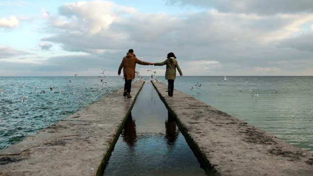 Paar in der Nähe von Meer