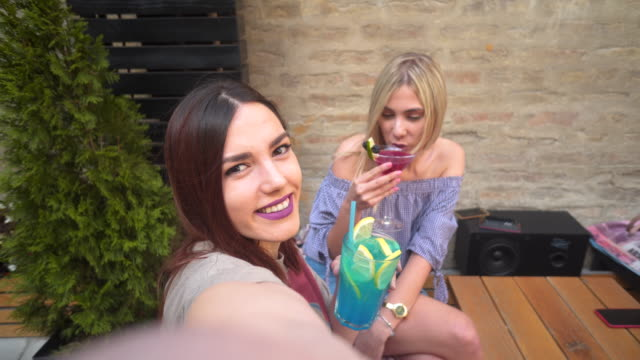 vidéos et rushes de couples d'amis heureux prenant un selfie et coctail - être étendu
