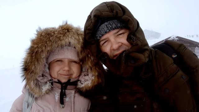 vídeos y material grabado en eventos de stock de pareja de personas mirando a cámara en invierno - ártico