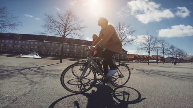 couple of tourist in copenhagen - copenhagen video stock e b–roll