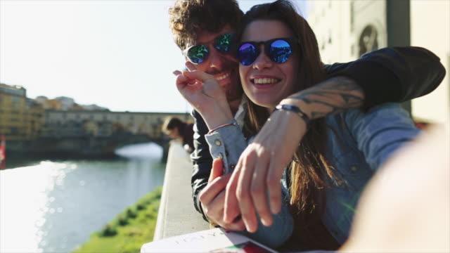 vídeos de stock e filmes b-roll de couple of tourists in florence, travelling around italy - florença