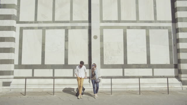 vídeos de stock e filmes b-roll de couple of tourists in florence, travelling around italy - toscana