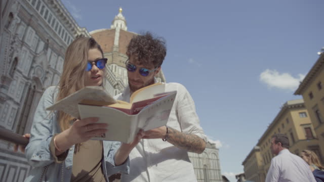 couple of tourists in florence, travelling around italy - turista video stock e b–roll