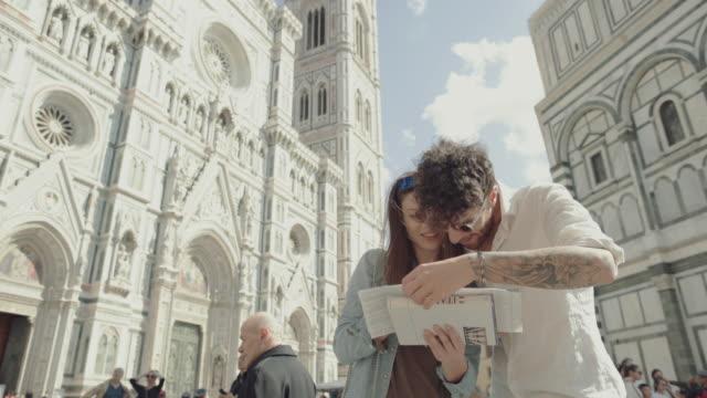 Couple de touristes sur la Piazza del Duomo, Florence