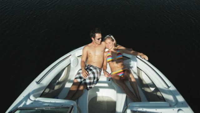vídeos de stock e filmes b-roll de couple on a boat - lago powell