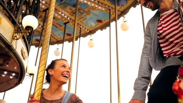 vidéos et rushes de couple sur un tour de manège - parc d'attractions