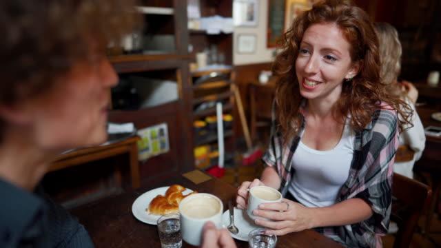 vídeos de stock, filmes e b-roll de casal em um encontro curtindo café em cafeteria local - comida doce