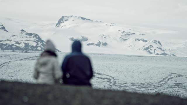paar auf ein datum betrachten gletscherlagune - glacier nationalpark stock-videos und b-roll-filmmaterial