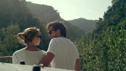 coppia in viaggio. godersi la vista durante la pausa - young couple video stock e b–roll