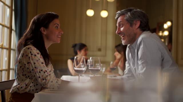 vidéos et rushes de couples sur un dîner romantique dans le restaurant - romantisme