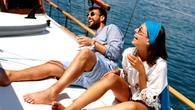 vídeos y material grabado en eventos de stock de pareja en un velero. - crucero vacaciones