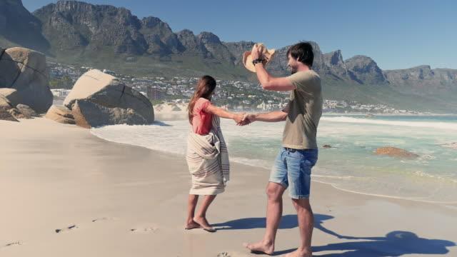 stockvideo's en b-roll-footage met couple on beach - in een handdoek gewikkeld