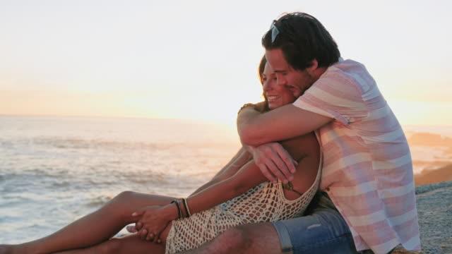 couple on beach - bak och fram bildbanksvideor och videomaterial från bakom kulisserna