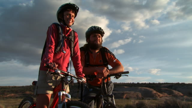 couple on bicycles with helmets smiling - andere clips dieser aufnahmen anzeigen 1147 stock-videos und b-roll-filmmaterial