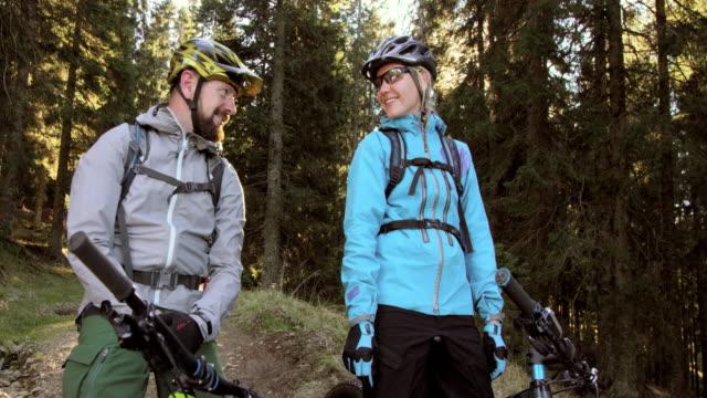Op de fiets nemen van een pauze op een bospad (echt) paar