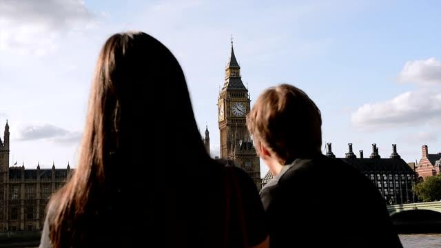 paar über stadt-kurzurlaub mit blick auf big ben, westminster, london - big ben stock-videos und b-roll-filmmaterial