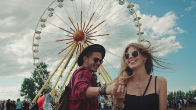 stockvideo's en b-roll-footage met koppel op festival - love emotion