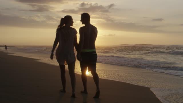 vídeos y material grabado en eventos de stock de pareja de luna de miel en hawai, caminatas en la playa - isla grande de hawái islas de hawái