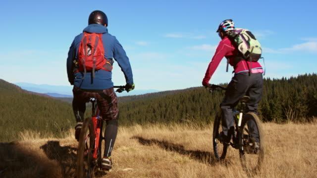 slo mo マウンテンバイクカップルにて高 5 - クロスカントリーサイクリング点の映像素材/bロール