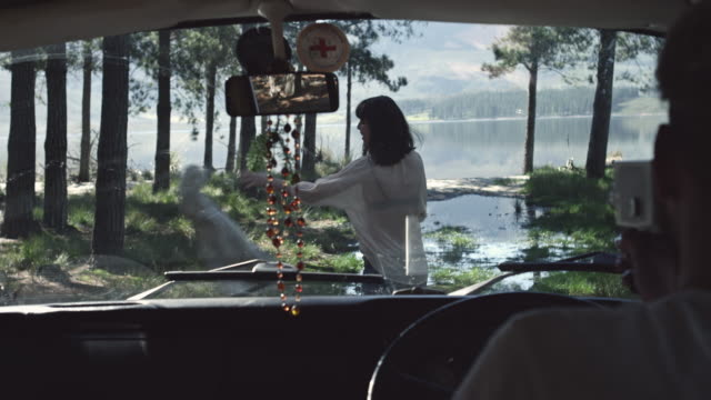 paar auf road trip - entkleiden stock-videos und b-roll-filmmaterial