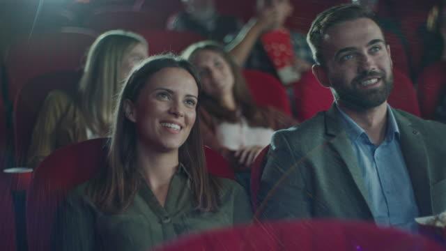 coppia in un appuntamento romantico al cinema - proiettore cinematografico video stock e b–roll
