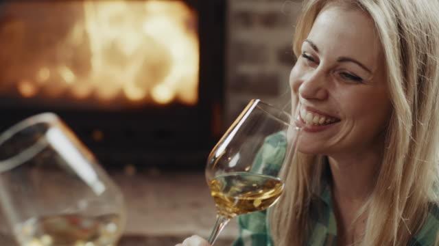 paar auf romantisches datum - trinkglas stock-videos und b-roll-filmmaterial