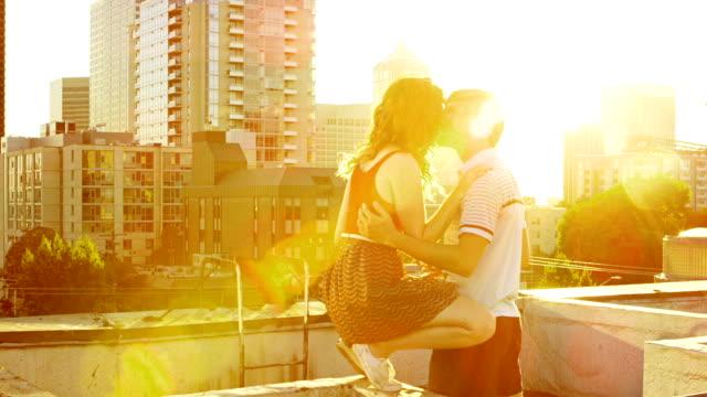 Paar auf Terrasse auf dem Dach