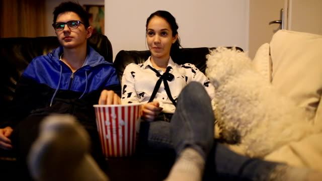 Paar auf sofa mit Fernbedienung
