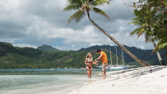 couple on the beach - isola di tahaa video stock e b–roll
