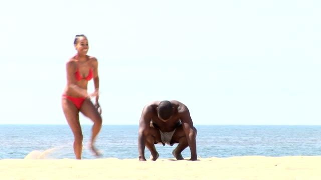 vídeos de stock, filmes e b-roll de couple on the beach - jogo de carniça