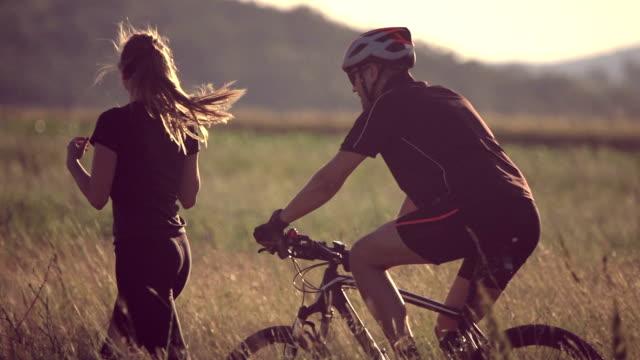 vídeos y material grabado en eventos de stock de pareja en movimiento - pareja joven