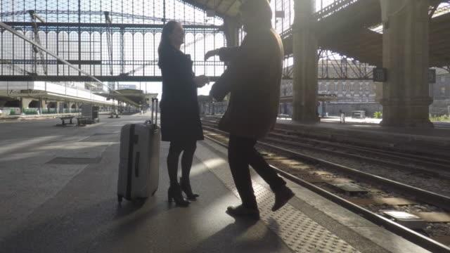 vídeos y material grabado en eventos de stock de couple on the platform of a train station and child - estación de tren