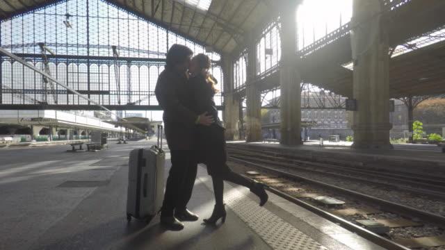 vídeos y material grabado en eventos de stock de couple on the platform of a train station - estación de tren