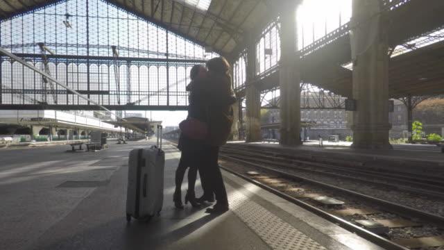 vidéos et rushes de couple on the platform of a train station - quai de gare