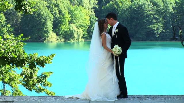 stockvideo's en b-roll-footage met hd: couple on their wedding day - eskimokus geven