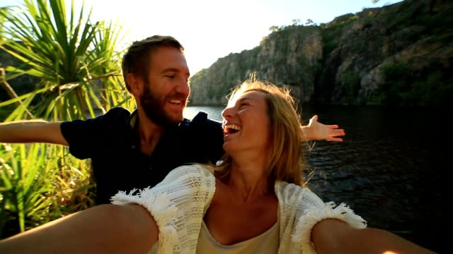 Paar in den Urlaub nehmen Selfie Porträt
