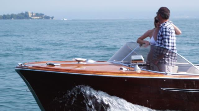 vídeos de stock, filmes e b-roll de casal no yacht - glamour