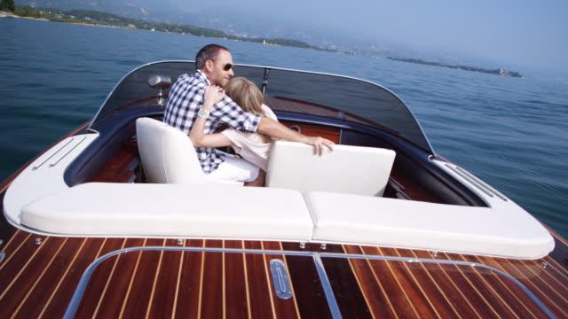 vidéos et rushes de couple sur un yacht - bateau à moteur