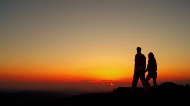hd :夕暮れの屋外のカップル - 輪郭点の映像素材/bロール