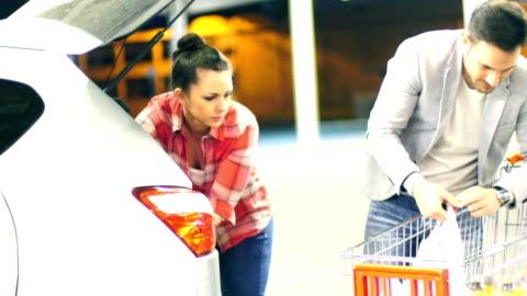 vídeos y material grabado en eventos de stock de embalaje su pareja reciba después de hacer compras. - bolsa de plástico