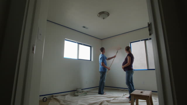 couple painting a room - see other clips from this shoot 1418 個影片檔及 b 捲影像