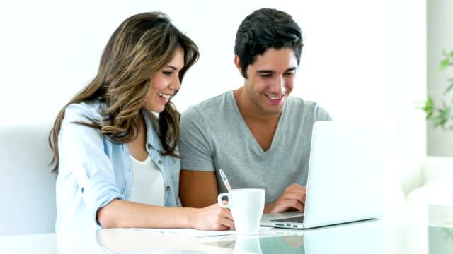 Casal pagar contas on-line em Casa