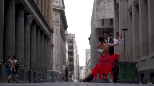 couple perfroming tango outdoors - tangoing stock videos & royalty-free footage