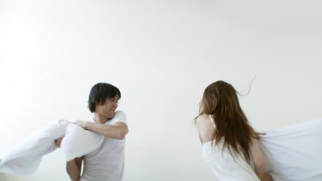 vídeos y material grabado en eventos de stock de pareja lucha con almohada - lucha con almohada