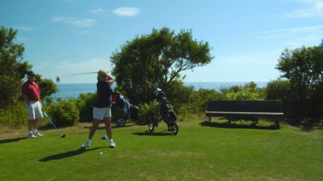 vidéos et rushes de ms, couple playing golf, north truro, massachusetts, usa - tee off