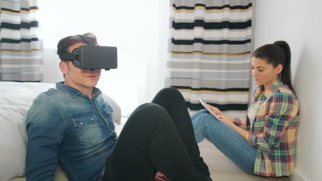 vídeos y material grabado en eventos de stock de pareja jugando con auriculares una realidad virtual. - two dimensional shape