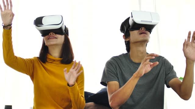 vidéos et rushes de couple jouant avec casques réalité virtuelle - arts culture et spectacles