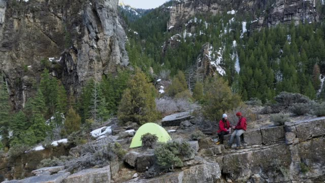 couple pouring beverage into cups at campsite - american fork canyon点の映像素材/bロール